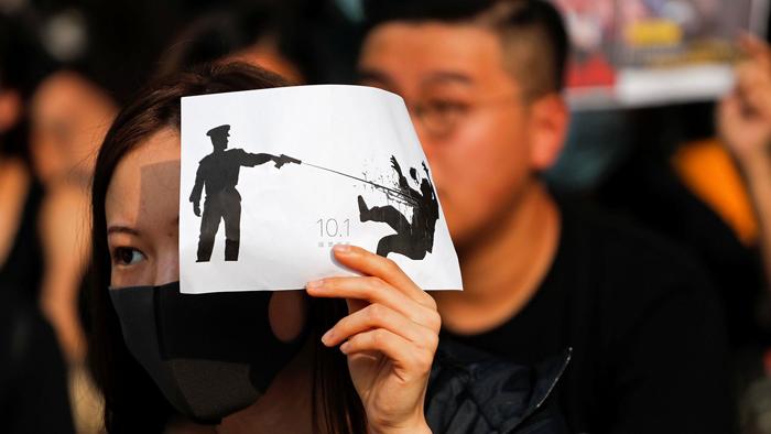 Cảnh sát Hồng Kông lạm dụng bạo lực, bắt người vô tội vạ nhưng lại không bị truy tố trách nhiệm.