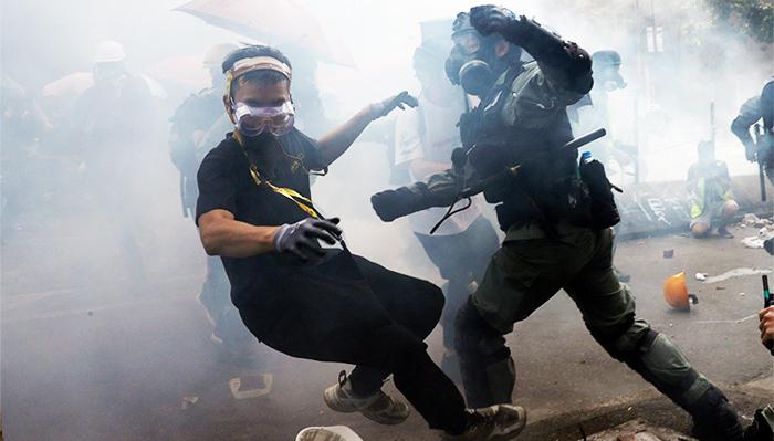 Cảnh sát Hồng Kông bắt giữ người biểu tình tại trường Đại học Bách Khoa.