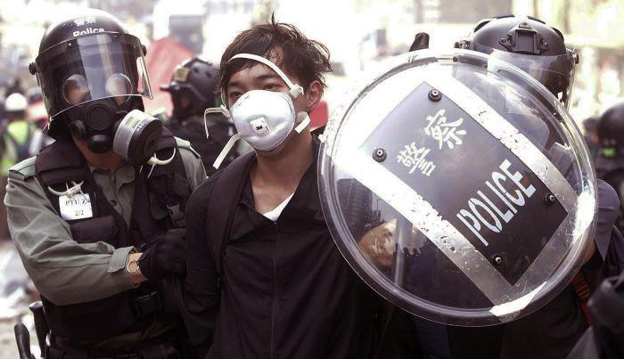 Cảnh sát bắt người biểu tình đang cố gắng chạy trốn khỏi Đại học Bách khoa Hồng Kông vào ngày 18/11.