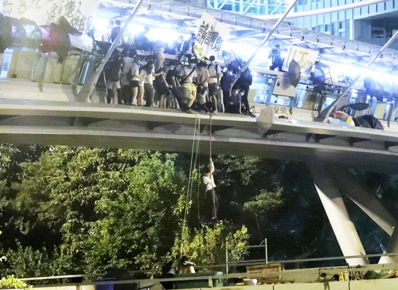 Người biểu tình cố gắng chạy thoát khỏi PolyU tối ngày 18/11.