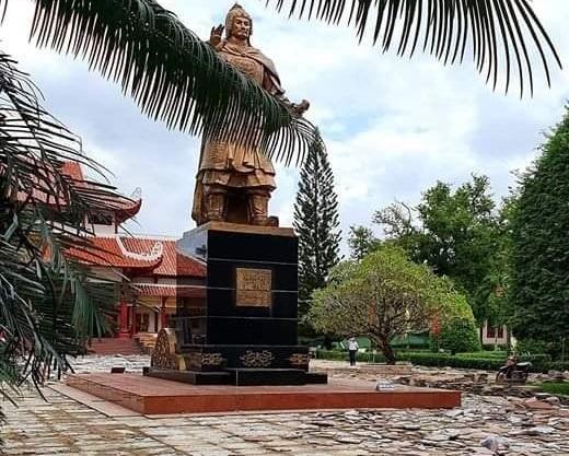 Khu vực vào chánh điện đền thờ vua Quang Trung đang được sửa chữa.