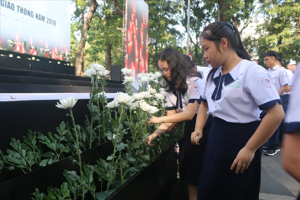 Nhiều em học sinh cũng có mặt tại buổi tưởng niệm tưởng nhớ các nạn nhân