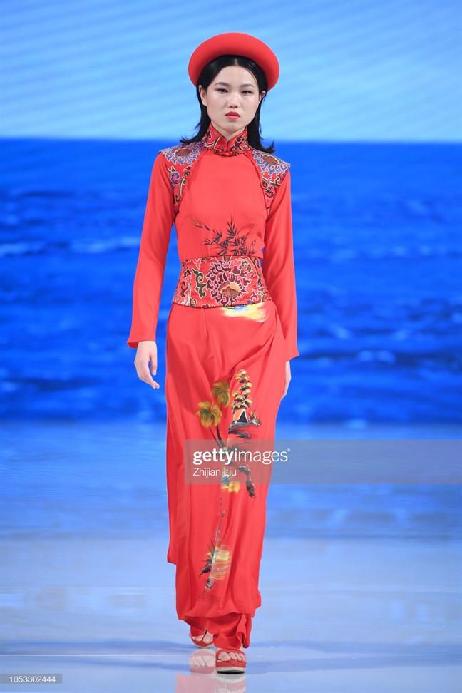 Loạt trang phục gây tranh cãi của nhà mốt Trung Quốc.
