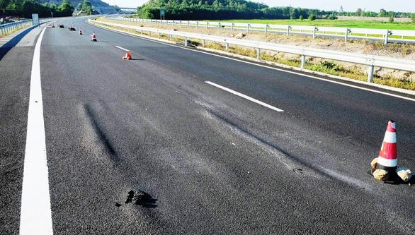 Tuyến cao tốc Đà Nẵng Quảng Ngãi tiếp tục xuất hiện lún, võng mặt đường tại đoạn Km 21, thuộc H. Duy Xuyên.