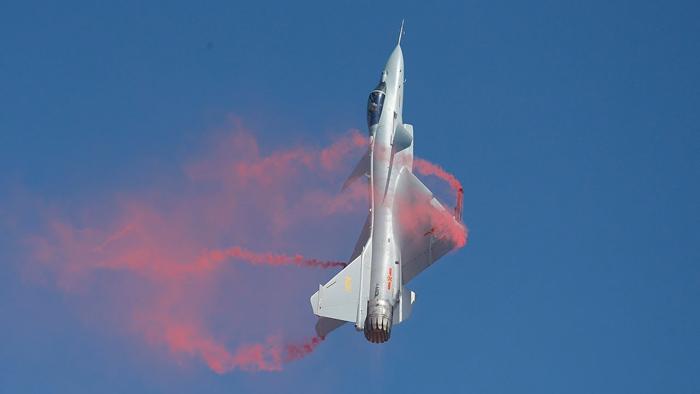 Chiến đấu cơ J-10 trong lúc diễn tập bay tầm thấp đã đâm vào núi, viên phi công may mắn thoát ra được.