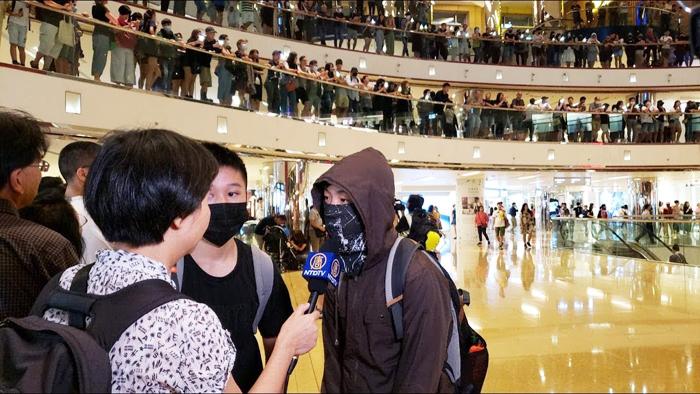 Ngày 3/11, người biểu tình tập trung ở TaiKoo tham gia nối vòng tay.