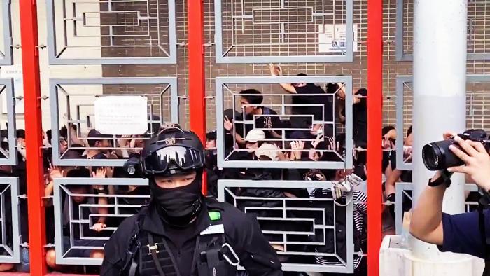 Hơn 100 người đã bị vây bắt ở sân vận động Southorn.