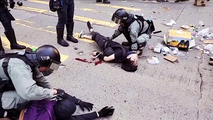 Sáng ngày 11/11, cảnh sát ở Sai Wan Ho liên tục bắn 3 phát đạn hướng về phía người dân ở cự ly gần, có người bị trúng đạn và ngã xuống đất.