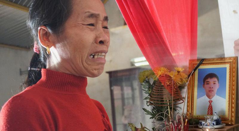 Mẹ của lao động Nguyễn Văn Nhân (trú huyện Can Lộc, Hà Tĩnh) khóc nấc khi biết tin con đã tử vong tại Anh.
