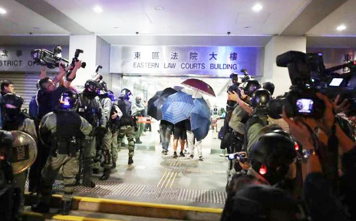 Sau khi cả ba được tòa án tha bổng, hơn 100 cảnh sát chống bạo động đã lập tức tới trong 10 chiếc xe tải, bao vây bên ngoài tòa án.