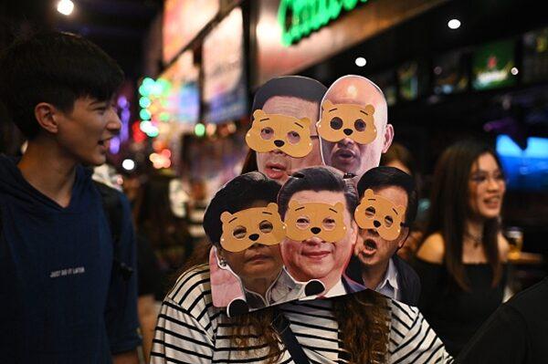 Người hỏi đường đột nhiên bị cảnh sát Hồng Kông dùng bình xịt hơi cay phun vào mắt (ảnh 2)