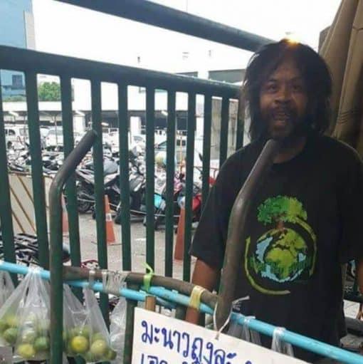 Cảm động người đàn ông vô gia cư nhịn đói, bán chanh để nuôi mèo hoang