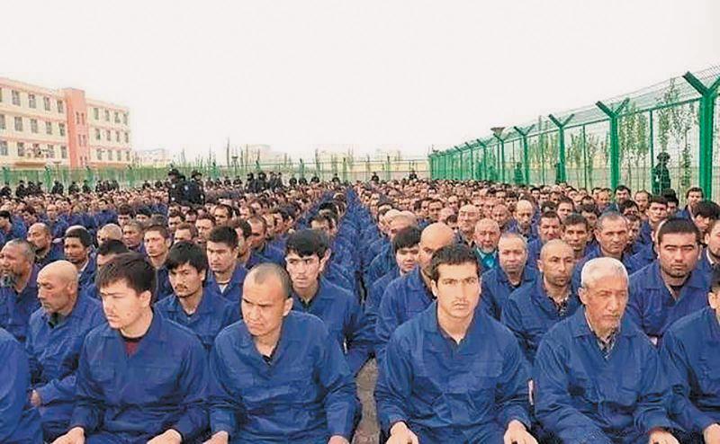 Những tù nhân nam trong một trại cải tạo ở Tân Cương. (Ảnh qua The New York Review of Books)
