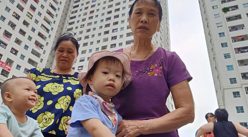 Người già, trẻ nhỏ ở Linh Đàm bị bệnh đường ruột, ngoài da nghi do dùng nước máy ô nhiễm. (Ảnh qua vtcnews)