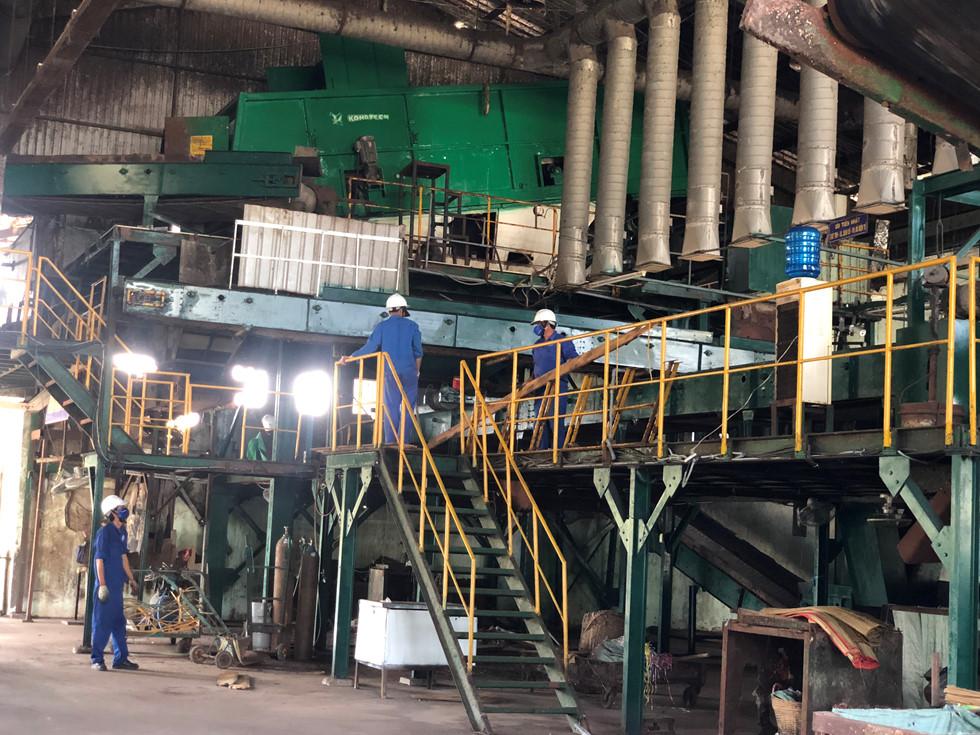 Hình ảnh bên trong của một nhà máy xử lý rác.
