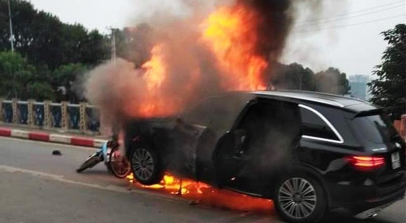 Các phương tiện bốc cháy kinh hoàng.