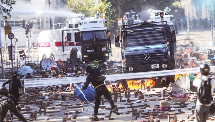 Xe bọc thép của cảnh sát Hồng Kông lần đầu tiên sử dụng thiết bị âm thanh tầm xa (LRAD) để cảnh báo người biểu tình.