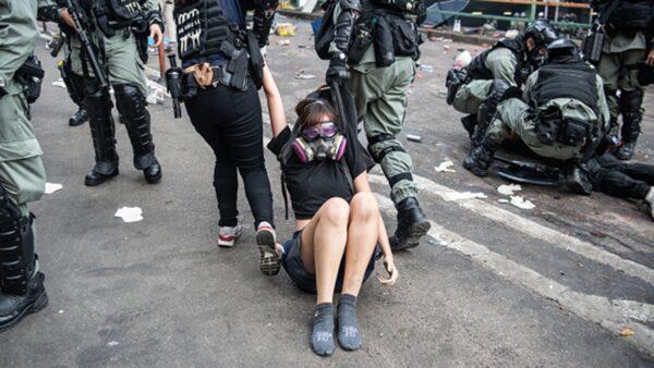 """Người biểu tình Hồng Kông bị cảnh sát """"nói tiếng phổ thông"""" đánh đập, uy hiếp xâm hại tình dục. (ảnh 3)"""
