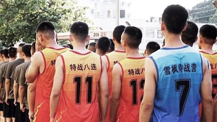 Ngày 16/11, quân nhân của ĐCSTQ đóng quân tại Hồng Kông bất ngờ mặc thường phục xuất hiện trên đường phố để dọn dẹp.