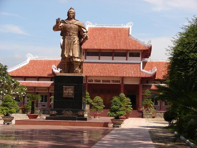 Sân Bảo tàng Quang Trung trước khi thay mới.