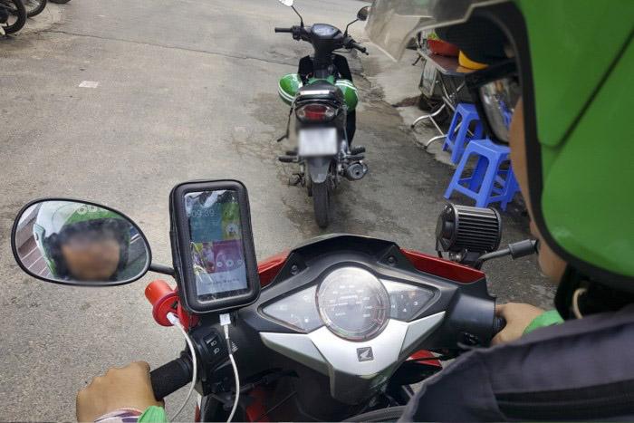 Tài xế 'xe ôm công nghệ' sẽ bị xử phạt nếu dùng điện thoại khi lái xe - ảnh 2