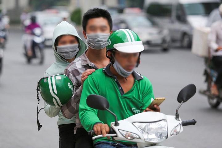 Tài xế 'xe ôm công nghệ' sẽ bị xử phạt nếu dùng điện thoại khi lái xe - ảnh 1