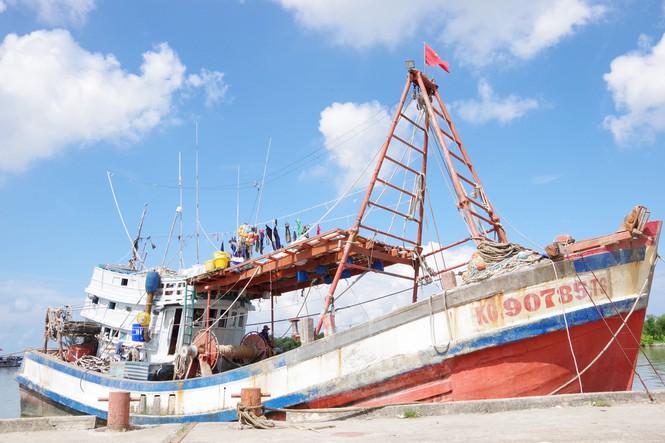 Tàu cá KG 90785TS bị tàu lạ tấn công.