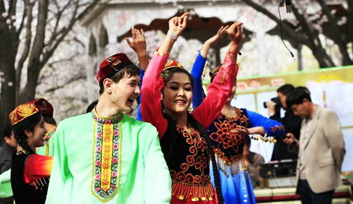 """Đảng Cộng sản Trung Quốc đang mở rộng chính sách """"Hán hóa"""" ở Tân Cương bằng cách khuyến khích kết hôn giữa 2 dân tộc."""