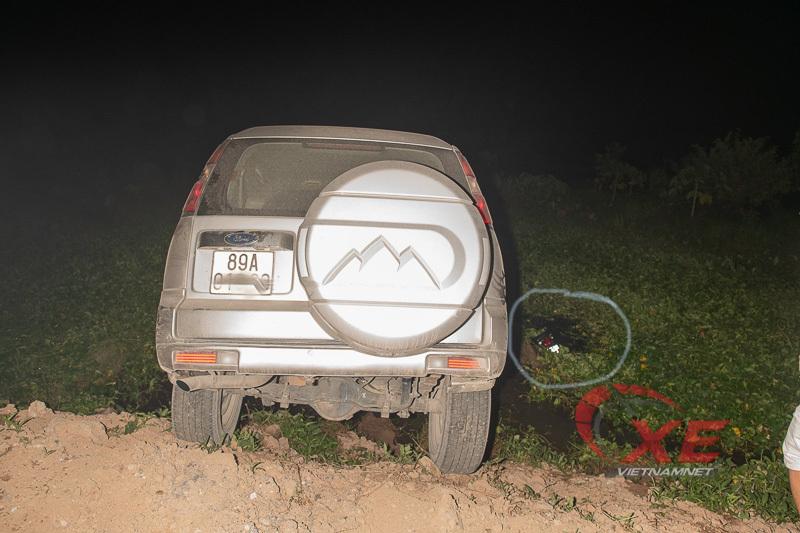 Thấy chiếc xe máy nổi lềnh bềnh bên cạnh, vị tài xế hú vía vì tưởng mình vừa gây tai nạn. (Ảnh qua vietnamnet)