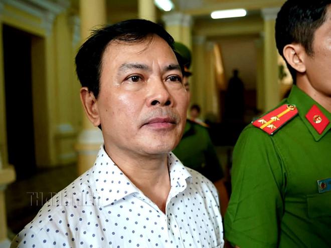 Ông Nguyễn Hữu Linh mất bình tĩnh sau khi nghe tòa tuyên y án sơ thẩm.