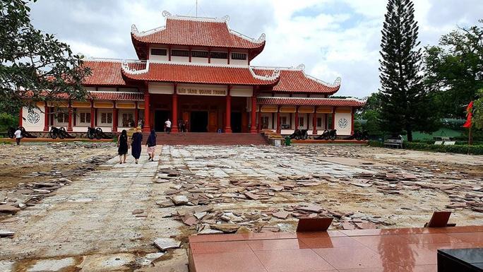 Toàn bộ sân lát đá granite của Bảo tàng Quang Trung được cạy lên để thay mới với kinh phí khoảng 5 tỷ đồng. (Ảnh qua nld)