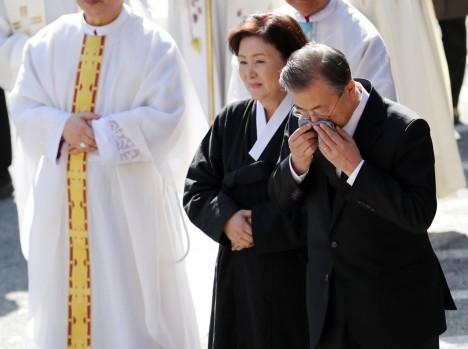 Ông Moon Jae-in khóc trong đám tang mẹ.