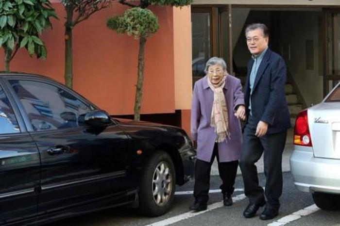 TT Moon Jae-in và mẹ, bà Kang Han-ok.