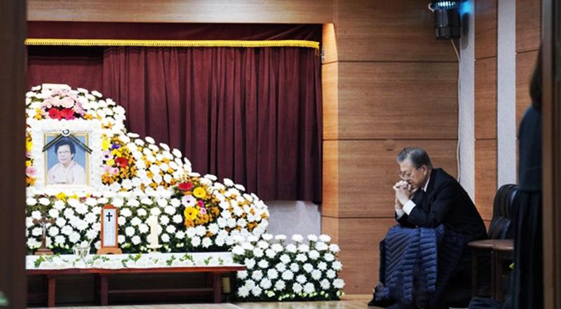 Tổng thống Moon Jae In ngồi bên linh cữu của mẹ.