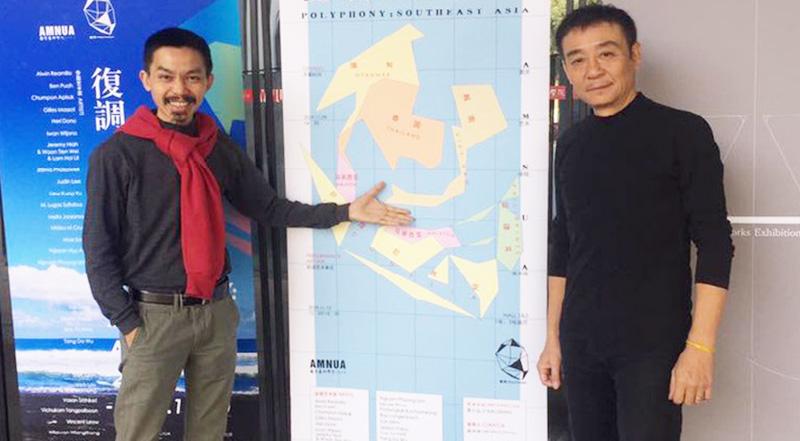 Nghệ sĩ Trần Lương (phải) bên poster triển lãm tại Nam Kinh không còn 'đường lưỡi bò'.