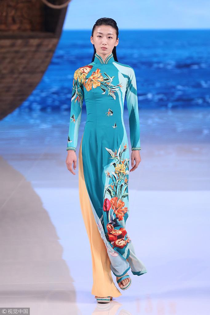 Mẫu thiết kế của Trung Quốc bị cho là ăn cắp ý tưởng của áo dài Việt Nam. (Ảnh qua thanhnien)