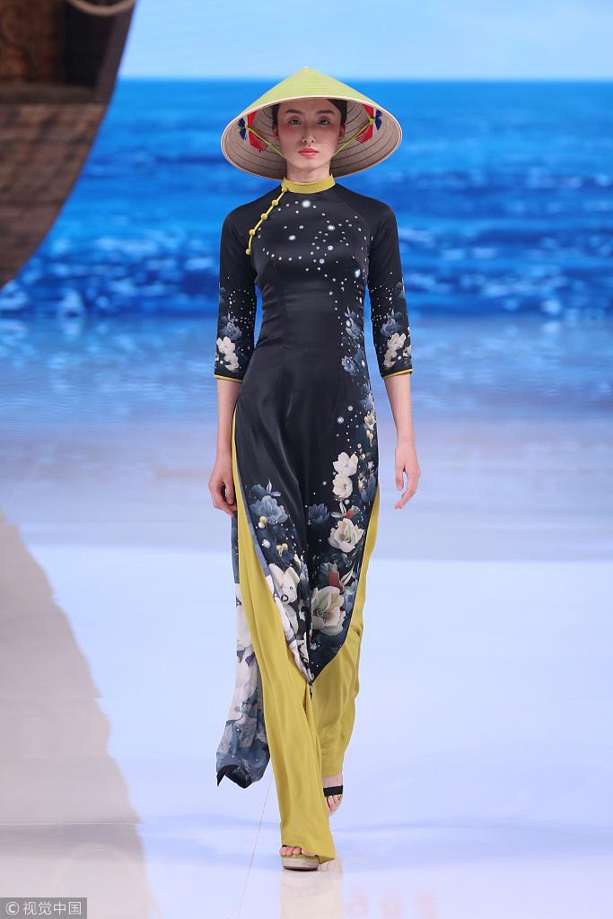 Với mẫu trang phục này nhưng nhà thiết kế Trung Quốc gọi là sáng tạo riêng của họ.