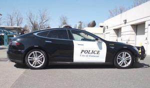 Đang truy đuổi tội phạm, xe tuần tra của cảnh sát bỗng chết máy do hết điện!