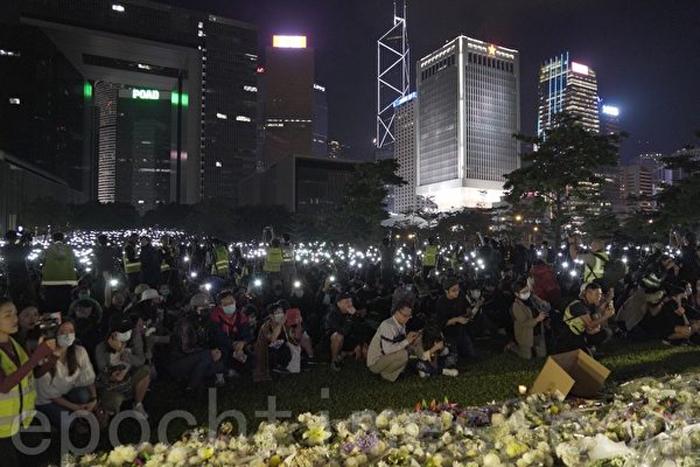 """Ngày 9/11/2019, người dân Hồng Kông tổ chức hoạt động """"Toàn Hồng Kông cầu nguyện 'Chúa bảo vệ nghĩa sĩ'"""" và tưởng nhớ Châu Tử Lạc tại Công viên Tamar."""
