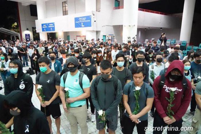Ngày 8/11/2019, Sinh viên Đại học học Khoa học Công nghệ Hồng Kông đã lập bàn thờ để tưởng niệm Châu Tử Lạc.