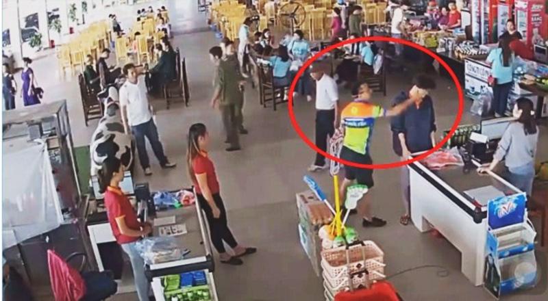 Người đàn ông được cho là Thượng uý công an tỉnh Thái Nguyên đang tát nhân viên ở trạm dừng Hải Đăng. (Ảnh cắt từ clip)