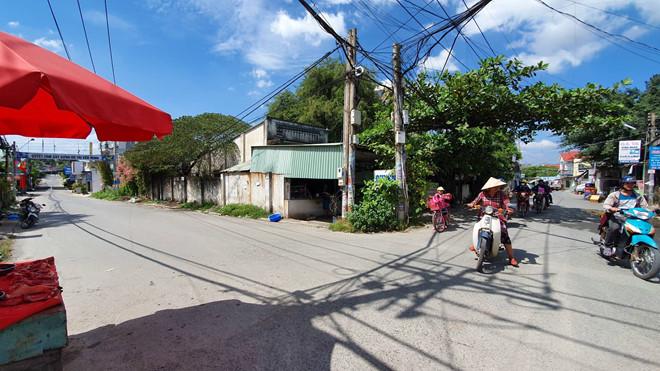 Đồng Nai: Xe đưa đón vào cua, 3 học sinh bị rớt xuống đường