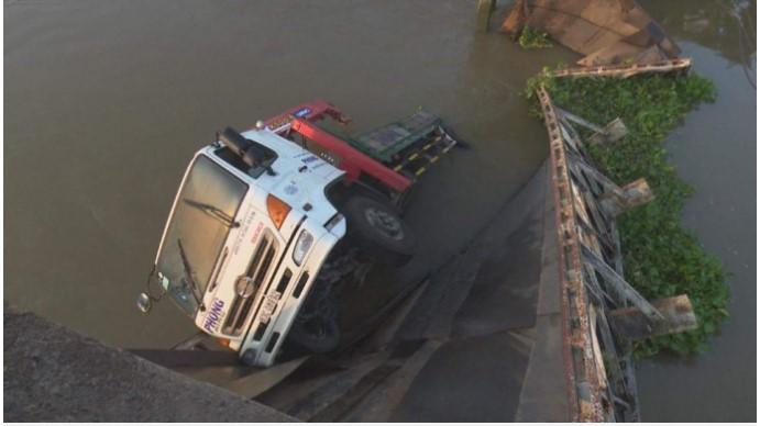 Xe không may bị rơi xuống sông, hồ, ao nước khi tham gia giao thông, người điều khuyển phương tham gia giao thông cần phải tỉnh táo và thực hiện một số biện pháp giải quyết tức thời.