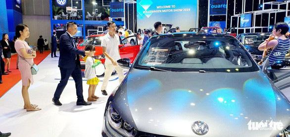 Xe Volkswagen Touareg đã bị Cục Hải quan TP.HCM tịch thu do có bản đồ đường lưỡi bò phi pháp, vi phạm nghiêm trọng chủ quyền biển đảo của Việt Nam. (Ảnh qua tuoitre)