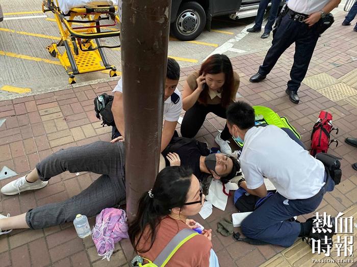 Một thanh niên 19 tuổi bị thương nặng sau khi một người đàn ông dùng dao đâm vào cổ và bụng của cậu ở gần tường Lennon ở Tai Po vào ngày 19/8.