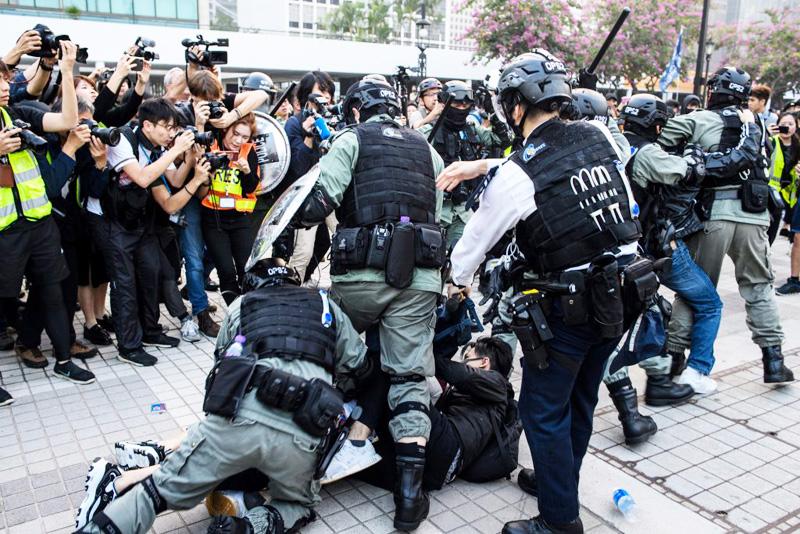 Cảnh sát Hồng Kông bắt giữ người biểu tình một cách hung bạo.