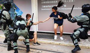 """Cảnh sát Hồng Kông trở thành """"bom nổ chậm"""", phù dâu bỏ chạy ngay sát ngày cưới"""