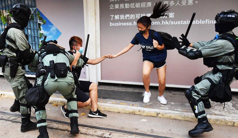 """Cảnh sát Hồng Kông đã """"mất kiểm soát"""" và xuất hiện """"một lượng lớn các vụ lạm quyền, bắt giữ và bạo lực""""."""