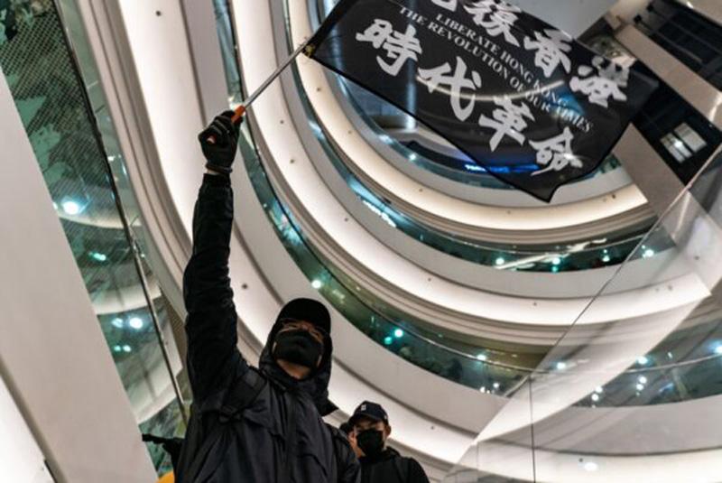 """Ngày 25/12, người dân Hồng Kông đã khởi xướng hoạt động """"Giáng sinh tam bộ khúc"""", người dân tổ chức hoạt động biểu tình trong trung tâm thương mại."""