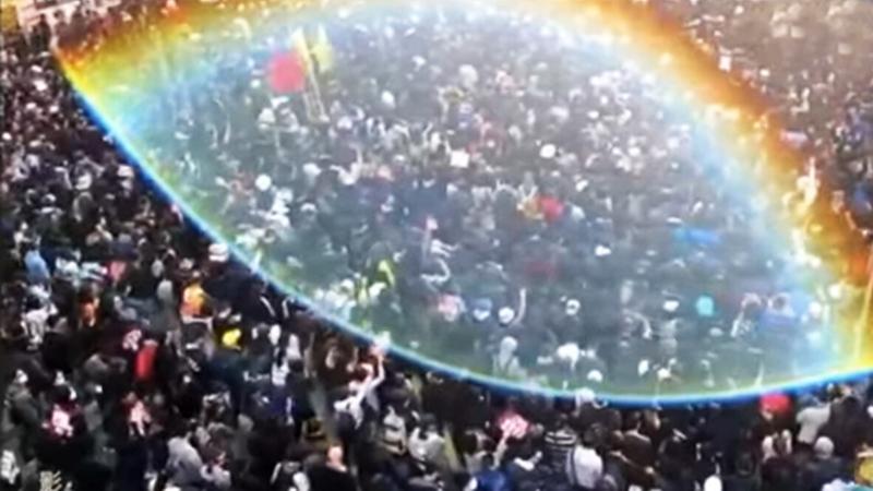 Trong lúc 800.000 người Hồng Kông tham gia đại diễu hành, trên bầu trời xuất hiện một quầng sáng khổng lồ thần kỳ và mỹ diệu.